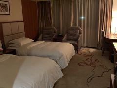 上海~南京に移動し、空港ホテルで一泊します。中国東方航空敷地内にあるウエスタン系のホテルなので英語もばっちり通じてお部屋もベッドふかふか快適です。 南京空港のインフォメーションでホテルに電話をしてもらったところ、送迎バスが空港に到着していたのでそれに乗りました。5分くらいです。朝も30分に1本送迎バスが出ていました。  ★Ramada南京