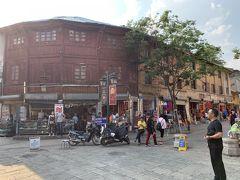 昆明老街に到着。古い町並みなんだけど、建物はどうやらリノベーションされたものが多くて微妙だった。