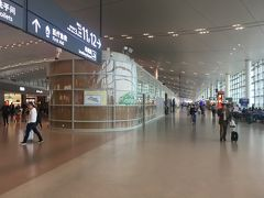 夕方に上海浦東国際空港に到着。国際線~国内線への乗り換えはかなり時間がかかった。飛行機を降りて自動パスポート読み取り&指紋登録機までがまあまあ歩く。そこから入国ならそれほど時間はかからなそうだけど、乗り継ぎカウンターが最悪。 ハブ空港のはずなのにオープンしてるカウンターは2つ。内1つは指紋読み取りでずーーーとひっかかって何十分も同じ人の対応中。自動チェックイン機は誰も使えず列はどんどん伸びていく。途中トイレ行きたかったけど一人だし行けず。40分ほどかかりました。