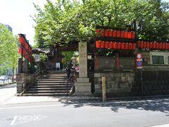 赤坂に有ります、豊川稲荷東京別院さんの入口、左の道路は青山通りです