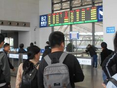 南京駅、連休で混雑し、1時間半後の3等車席がやっと