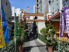 新橋駅から近くに有ります、烏森神社さんの参道です