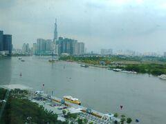 前日の移動の疲れもあってか、さすがに少し朝寝坊しました。 ホテルは20階以上ある高層建築で、私たちの部屋は8階。サイゴン川沿いの部屋にしたおかげで滞在中ずっといい眺めを楽しめました。