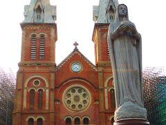 その名の通り、教会の前には聖母マリア様の像があります。