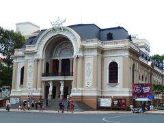 市民劇場のそばを通りかかりました。大きさは郵便局ほどではないですが、建物の美しさは引けをとりません。