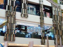 暑くなってくると時々建物内に逃げ込みます。高島屋も入っているここは日本の大型ショッピングビルと変わりません。