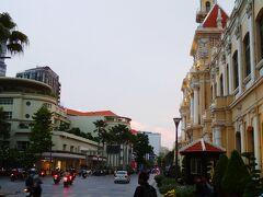 グエンフエ通りまで戻ってきました。右側の建物は人民委員会庁舎です。