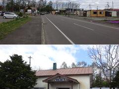 更に歩いて、ようやく目的地が見えてきた。知らない間に、プレハブの土産物屋みたいなのが増えてるな。  JR札沼線の終点、新十津川駅ですよ。