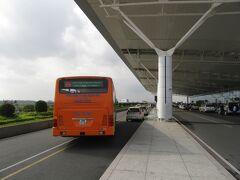 道路も混雑することなく,ハノイ駅から約50分で国際線T2に到着。
