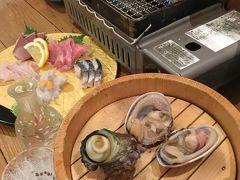 船元直送居酒屋 満船屋  何と言っても、、楽しみ♪は 活きの良い貝類や尾鷲の干物などを自分で目の前で焼いていただけるってこと、、  コース(要予約)もあるのですが、、 単品で注文も可  kuritchiは まず、、 サザエと大あさりをオーダー♪ 大あさりの大きいこと!! 殻の大きさが約10㎝!! サザエと大きさが変わらない?!(@@)
