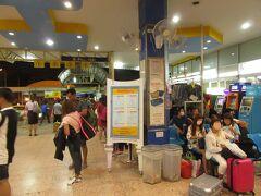夜遅く,大手バス会社ナコーンチャイエー(Nakhonchai-air,NCA)のバスターミナルへ。  今回乗るのは,23:00発ウドーンターニー行きである。
