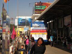 バスは10時頃に国境を出て,40分くらい走ってビエンチャンのタラート・サオのバスターミナルに到着した。