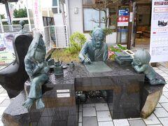 駅を降りるとすぐに水木しげるロードです。 駅前の水木しげる先生執筆中のブロンズ像。 鬼太郎とねずみ男が眺めてます(^-^)
