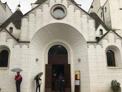 早速アルベロベッロの街歩きです。最初に行ったのがサンタントニオ教会です。 本降りの雨になりました。