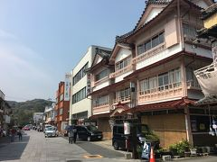 外宮 参道 てくてく、、  外宮の参道なので、昔ながらの雰囲気を残す建物も♪  右手のレトロな木造三層の建物は老舗旅館「山田館」 創業およそ100年前、、 http://iseyado.com/oyadolist/yamadakan/