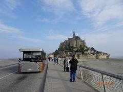 メルキュールモンサンミッシェルの前から無料のバスに乗って島につきました。