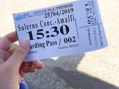 4/25(木)9日目。 PM14:20。 サレルノ駅に到着。 サレルノ駅からスーツケースを転がして歩くこと10分弱でサレルノ港Salerno Concordia(コンコルディア広場)に到着。なかなか日差しがきつい。 前日にTravelMar社のサイトで予約したスマホ画面を見せるとチケットをくれました。