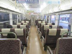 転換クロスシートの並ぶ車内。 景色を楽しみながら列車旅をするにはうれしい。
