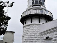 美保神社から程なく、美保関灯台に到着。 明治の面影をとどめた石造りの風格ある建物で、平成10年にドイツのハンブルグで開催されたIALA(国際航路標識協会)の総会において、歴史的・文化的価値のある文化遺産として「世界の歴史的灯台100選」に選ばれました。 また、「日本の灯台50選」にも選ばれている日本を代表する灯台です。灯台に隣接した旧事務所や宿舎は、現在は「ビュッフェ」に改築されており、日本海を眺めながら休息できます。   その、「ビュッフェ」で食事でもしましょうかと、灯台もフェチなツレがいうわきから、私ら客を無視して「クローズ~!!」~!と叫ぶオヤジ現る・・  すごすご引き下がってしまった私達・・