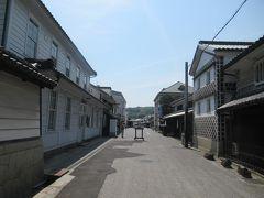 カフェの前で右へ曲がって本通り商店街へ。 レトロな建物や昔ながらの商いを続けるお店が並びます。