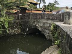よく見ると橋の下に白鳥さんが2匹とその子供が!!  たまにこっちに泳いできますが暑いせいかずっとこの橋の下にいました。  それにしても周囲、外国語ばかり…