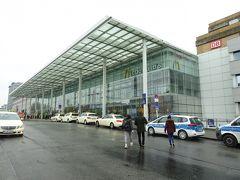 隣にはベルリン東駅のモダンな新駅舎、1日乗車券?7を購入してSバーンに乗ります