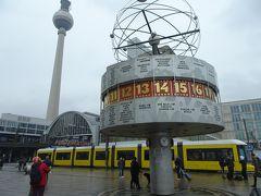 Alexanderplatz駅で降ります、ぐるりと世界の時刻が表示されている世界時計はウルトラマンに出てきそうなレトロ感。バックに新型のトラムとテレビ塔