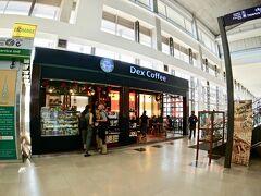 【ラオス首都:ヴィエンチャンのワッタイ国際空港の様子】  小さいけど、ピカピカだし、いきなり、おしゃれなカフェもあるじゃん......