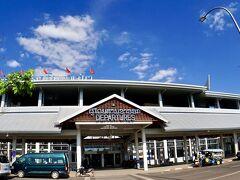 【ラオス首都:ヴィエンチャンのワッタイ国際空港の様子】  ....どおりで綺麗な訳だ......なんと、二階に、小さな日本料理屋もあるそーです。  外に出ると、タクシー乗り場がわからず、(タクシーの)カウンターがどこなのかも一瞬迷います....が、それはお愛嬌....  まだまだ、牧歌的で、の~んびりした雰囲気の空港でした。