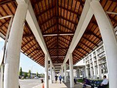 【ラオス首都:ヴィエンチャンのワッタイ国際空港の様子】  結構、綺麗じゃぁぁ~~ん~~、というのが最初の印象。