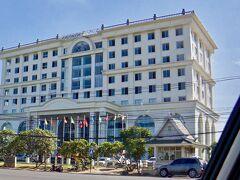 【ラオス首都:ヴィエンチャンのワッタイ国際空港から町に行く途中】  写真は、空港からホテルに向かう際に角に建っていた(恐らく)ホテル。  ロシアンっぽいと言いましょうか.....共産主義っぽい(以前私が大連にいた時に見たような)建物がございました。