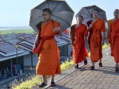 【午後からメコン川に向かう】  土手の上で、若いミャンマーの坊様たちと遭遇......