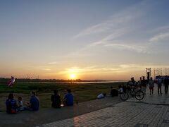 【メコン川の夕暮れ】  だんだん暮れて参りました......