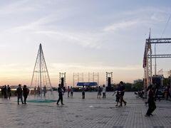 【メコン川の夕暮れ】  夕方になると、この場所に老若男女が街中からたくさん集まってきています。