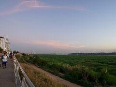 【メコン川の夕陽】  振り向くとまだ照らされている川は明るく、街の様子がはっきり見えます。