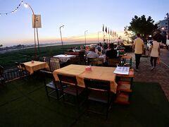 【メコン川の夕暮れの光景、市場・レストラン】  おおおっ.......メコン川沿いに、ずぅぅぅ~~と、お店が並ぶんです。