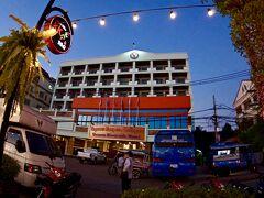 【メコン川の夕暮れの光景】  川沿いに、中規模のホテルがいくつかあり、これらのホテルの前に夕刻になると、いい感じのレストランがたくさん並びます。