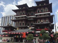 新加坡佛牙寺龍牙院 (ブッダ・トゥース・レリック寺院)  という寺です。  入る際に、露出は控えないとなので、 貸出の巻くスカートがあります。  ショーパンで入ろうとすれば止められます。