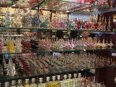 ジャマール・カズラ・アロマティクス  アラブストリートに2店舗あり、何種類かの匂いが置いてある店舗とない店舗がありました。  2店舗ともそう離れてないので、 1度2店舗とも見てから、どっちで買うか決めてもいいと思います。  香水瓶はプラスチック製でした。  なので、少し安っぽく見えてしまうかも。   香水は、香水だけの単品でも買えるので、  母と姉は5、6種類ほど爆買いしてました。  私はお気に入りの香水1つと瓶1つ。   お客さんは意外にも日本人ばかりで、  若い女性グループしかいなかったですね。