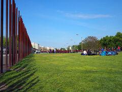 壁のあった場所には公園になっていて沢山の人達が思い思いにのんびりしてる様子でした。