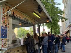 CURRY36に向かう途中で50m以上並んでる行列がありました。 Mustafas Gemüse Kebabと言うケバブの名店だそうです。