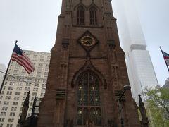 トリニティ教会からスタートして朝のウォール街を散策する。 出勤時間帯なのか大勢のスーツのビジネスマンが行き交う。