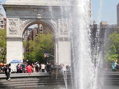 2日ぶりにワシントンスクエアへ。  今日は気温が高いので噴水が気持ちいい! 夕暮れ時も雰囲気あるけど晴天の昼時の公園も活気があって良い。