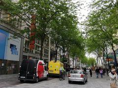 ここは「マリアヒルファー通り」と言って、あとで知ったのですが、観光用のバスがショッピングエリアとして停まるそうです。なるほど、小洒落たカフェやお店がある訳です。