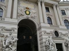 ミヒャエル門に入ってみましょう。彫刻が凄いです。