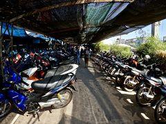【タラート・サオに到着】  このタラート(市場)の入口は、バイクの山です......  これが駐車場なのか、レンタルバイク屋なのか、良くわかりませんでした....聞く人もいないし、聞く術もないし......