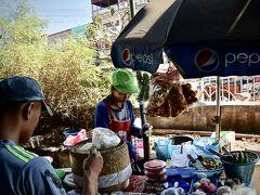 【タラート・サオに到着】  その脇には、若夫婦が軽食屋を営んでいます。アジアでは良く見る光景ですね。