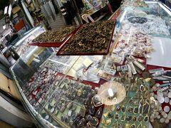 【タラートサオ(市場)】  この辺りは、「仏様」系......でしょうか........。  こういう国では、こういうものが一番売れているのでしょうねぇ~