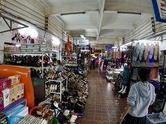 【タラートサオ(市場)】  日常用品売り場ですねぇ。ところ狭しと並んでいます.......