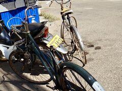 【ヴィエンチャンの光景】  なんか、この目の前の.........現役で使われている自転車だとは思いますが.......  両自転車とも......タイヤが付いていなく、リム丸出し......なんですが.........  でも、どう見ても現役っぽい....し......